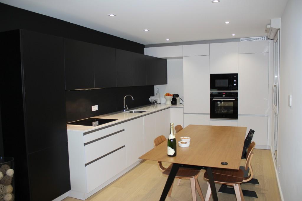 Modernit cuisine quip e blanche et r sine noire for Cuisine meublee et equipee