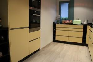 cuisine jaune et noire cuisine annecy 74. Black Bedroom Furniture Sets. Home Design Ideas