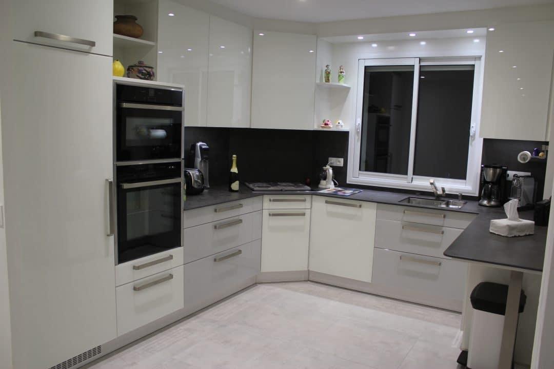 fa ade en verre coloris blanc et gris selon ral plan de travail en c ramique cuisine. Black Bedroom Furniture Sets. Home Design Ideas