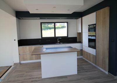 Lovagny, belle réalisation avec un trio blanc, noir et bois qui fonctionne à merveille –